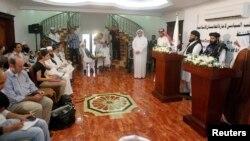 یہ تصویر 18 جون 2013ء کو دوحہ میں طالبان کے سیاسی دفتر کے افتتاح کے موقع پر لی گئی تھی جس میں طالبان رہنما صحافیوں سے گفتگو کر رہے ہیں۔ (فائل فوٹو)