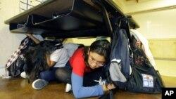 Anak-anak California ikut dalam latihan antisipasi menghadapi gempa (Foto: dok).