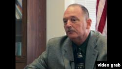 罗克斯伯利监狱助理监狱长基斯•里昂斯。(视频截图)