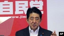 아베 신조 일본 총리가 11일 도쿄에서 열린 기자회견에서 전날 참의원 선거 결과에 대해 말하고 있다.