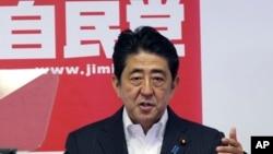집권 자민당 총재를 겸하고 있는 아베 신조 일본 총리(자료사진). 15일 '종전 기념일'을 맞아 자민당 총재 자격으로 야스쿠니 신사에 공물을 보냈다.