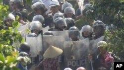 Dân làng đối mặt với cảnh sát chống bạo động ở huyện Văn Giang, tỉnh Hưng Yên, ngày 24/4/2012
