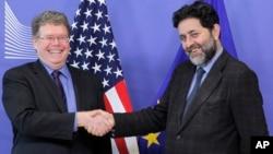 Pomoćnik američkog izaslanika za trgovinu Danijel Mulejni (L) i glavni pregovarač EU Ignjasio Garsija Bersero