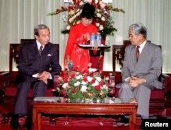 Ngoại trưởng Hoa Kỳ Warren Christopher và Tổng Bí thư Đỗ Mười tại Hà Nội, ngày 06/05/1995. Ông Christopher là viên chức chính phủ cao cấp nhất của Hoa Kỳ thăm Việt Nam sau 20 năm kết thúc Chiến tranh Việt Nam.