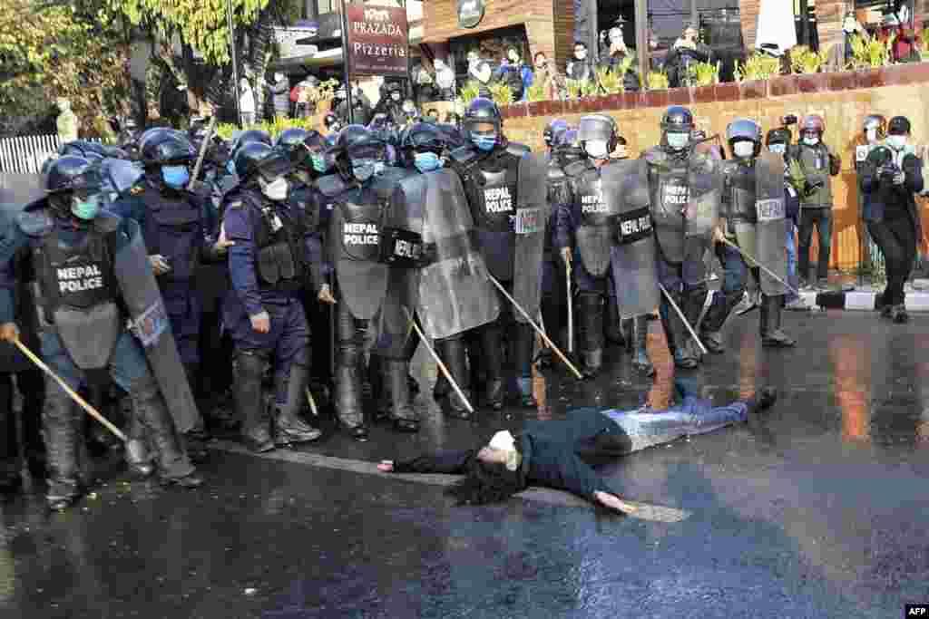Parlamentni tarqatib yuborilishiga qarshi namoyishchi va politsiya. Katmandu, Nepal.
