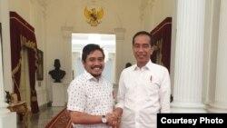 Sekjen Projo (Pro Jokowi) Handoko bersama Jokowi. (Foto: VOA/ dokumentasi pribadi)