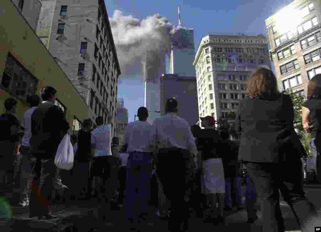 دهشت افگنان دو طیاره را بر برج های دوگانۀ مرکز تجارت جهانی در شهر نیویارک، یکی را بر پنتاگون (تعمیر وزارت دفاع ایالات متحده) در حومۀ شهر واشنگتن، و یکی را نیز بر یک ساحۀ روستایی ایالت پنسلوانیا تصادم دادند.