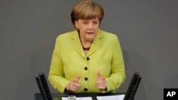 ນາຍົກລັດຖະມົນຕີເຢຍຣະມັນ ທ່ານນາງ Angela Merkel ກ່າວຖະແຫລງການ ກ່ຽວກັບ ສະຫະພາບຢູໂຣບ ແລະ ບັນດາປະເທດພາຄີ ກັບອະດີດສະຫະພາບໂຊຫວຽດ ຢູ່ທີ່ ລັດຖະສະພາເຢຍຣະມັນ Bundestag, ໃນນະຄອນຫຼວງ Berlin ຂອງເຢຍຣະມັນ, ວັນທີ 21 ພຶດສະພາ 2015.