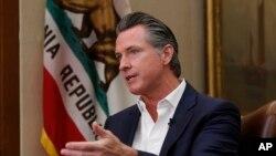 El gobernador de California, Gavin Newsom, explica que el estado ha entrado ya a la fase crítica del brote.