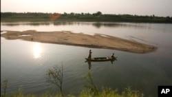 2010年4月3日柬埔寨金边以北14英里处湄公河段上的柬埔寨木船。泰国、老挝、柬埔寨和越南的领导人称湄公河上游中国大型水坝破坏东南亚国家赖以生存的水资源