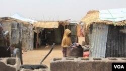 Une femme dans le camp informel de Yawuri à la périphérie de Maiduguri, capitale de l'État de Borno, le 29 mars 2021.