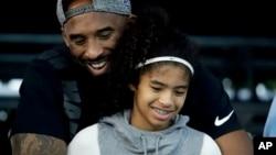 2018年7月26日 : 前洛杉磯湖人高比拜仁和他的女兒吉安娜