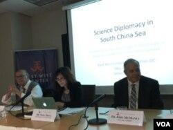 詹姆斯·波顿(左)、洪农(中)和约翰·麦克马纳斯(右)在东西中心关于南中国海环境安全的的讨论会上