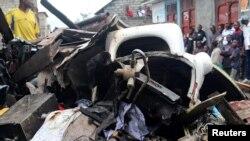 Warga menonton rongsokan pesawat Dornier-228 yang jatuh di daerah permukiman di kota Goma, Kongo timur, Minggu (24/11).