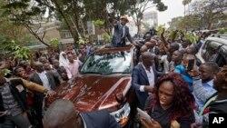 Raila Odinga, leader de l'opposition au milieu d'une en foule en liesse après la décision de la cour suprême a Nairobi, Kenya, 1er septembre 2017.