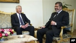 24일 이집트 카이로에서 무함마드 무르시 대통령(오른쪽)과 만난 척 헤이글 미국 국방장관.