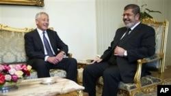 Menhan AS Chuck Hagel, kiri, berbicara dengan Presiden Mesir Mohammed Morsi di Istana Presiden di Kairo (foto, 24/04).