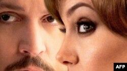 Actor Johnny Depp en la foto de promoción de la película 'El Turista' junto a Angelina Jolie.