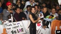 """ດາຣາຮູບເງົາ Michelle Yeoh ໃນເລື່ອງ """"The Lady"""" ມອບລາຍເຊັນ ໃຫ້ຜູ້ຊົມ"""