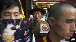15일 중국의 티베트 지배에 반발해 분신 자살한 50대 후반 남성을 추모하기 위해 모인 시민들.