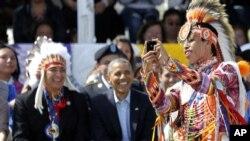 Prezident Obama Shimoliy Dakota shtatidagi hindu qabilalari davrasida, iyun, 2014