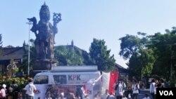 KPK menggandeng Badan Eksekutif Mahasiswa Universitas Udayana, menggelar aksi teatrikal di Depan Patung Catur Muka di Denpasar, Bali hari Minggu pagi (24/6).