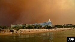Dim iznad hotelskog kompleksa u blizini grada Manavgat, nastao od velikih šumskih požara na jugu Turske, 29. juil 2021.