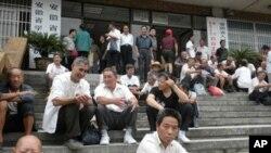 安徽省各地民办教师在省教育厅静坐