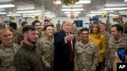 Rais Donald Trump na mkewe Melania akipiga picha ya pamoja na wanajeshi wa Marekani nchini Iraq wakati wa ziara yake nchini humo.