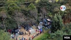 Algunos migrantes permanecen en campamentos improvisados, mientras consiguen el dinero para los pasajes y la autorización que les permita regresar a su país.