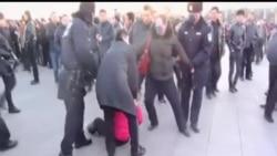 2014-03-05 美國之音視頻新聞: 人大召開之際 抗議者天安門廣場撒傳單