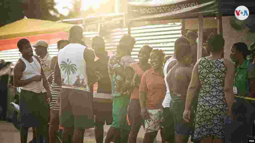 Vendedores informales aprovechan la llegada de los migrantes para ganarse la vida. Este hombre vende agua de coco a los migrantes en los días más calurosos.