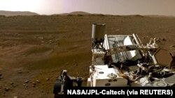 """美国宇航局""""毅力号""""火星探测车从火星传回的火星地表全景图局部。(2021年2月20日)"""