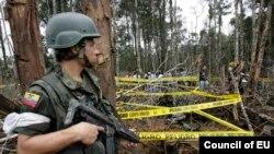 Un soldado ecuatoriano custodia el área donde las fuerzas armadas de Colombia mataron al líder rebelde Raúl Reyes en 2008. Según el Washington Post lo hicieron con ayuda de EE.UU.