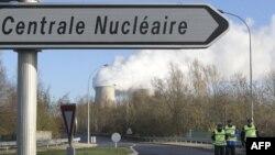 Cảnh sát Pháp chặn lối vào nhà máy điện hạt nhân Nogent-sur-Seine sau khi các nhà hoạt động Hòa Bình Xanh xâm nhập nhà máy này, 5/12/2011