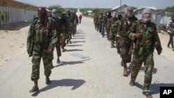 Thành viên của nhóm al-Shabab tuần tra một khu vực ngoại ô Mogadishu