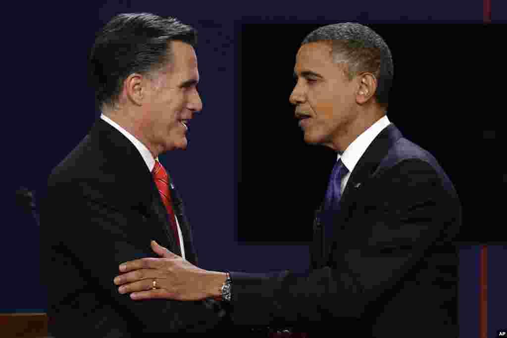 첫 공개토론을 마치고 악수를 나누는 공화당 미트 롬니 대통령 후보(왼쪽)와 민주당 바락 오바마 대통령.