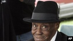 """FILE - In this Oct. 11, 2009 file photo, Grammy-winning blues pianist Joe Willie """"Pinetop"""" Perkins at the annual festival at Hopson Plantation in Clarksdale, Mississippi"""