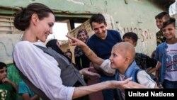 Angelina Jolie trong một lần tới thăm trại tị nạn ở Syria.