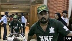 Пораненого привезли до лікарні в Карачі