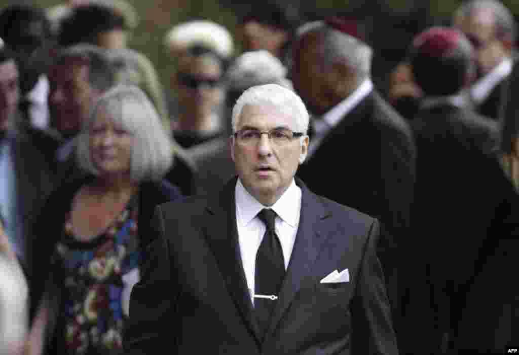 Отец Эми - Митчел Уайнхаус на похоронах