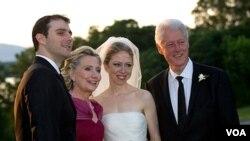 Upacara pernikahan Chelsea Clinton dan Marc Mezvinsky (kiri) 31 Juli 2010. Kini, makin banyak warga AS yang percaya bahwa pernikahan sudah usang.