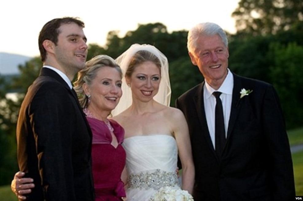 2010年7月31日,在切尔西·克林顿和马克 ·梅兹文斯基的婚礼上,希拉里·克林顿及其丈夫比尔·克林顿和新娘新郎合影
