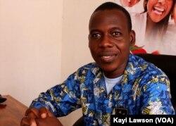 Ismaël Tanko, jeune entrepreneur togolais et producteur de purée de tomates, à Lomé, le 13 novembre 2018. (VOA/Kayi Lawson)