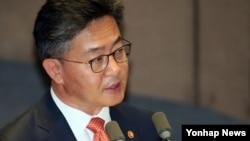 한국의 홍용표 통일장관이 14일 국회 본회의에서 진행된 외교통일안보 분야 대정부질문에서 답변하고 있다.