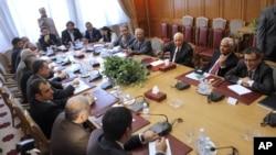 Suriye muhalefet üyeleri Kahire'de Arap Birliği temsilcileriyle görüşürken