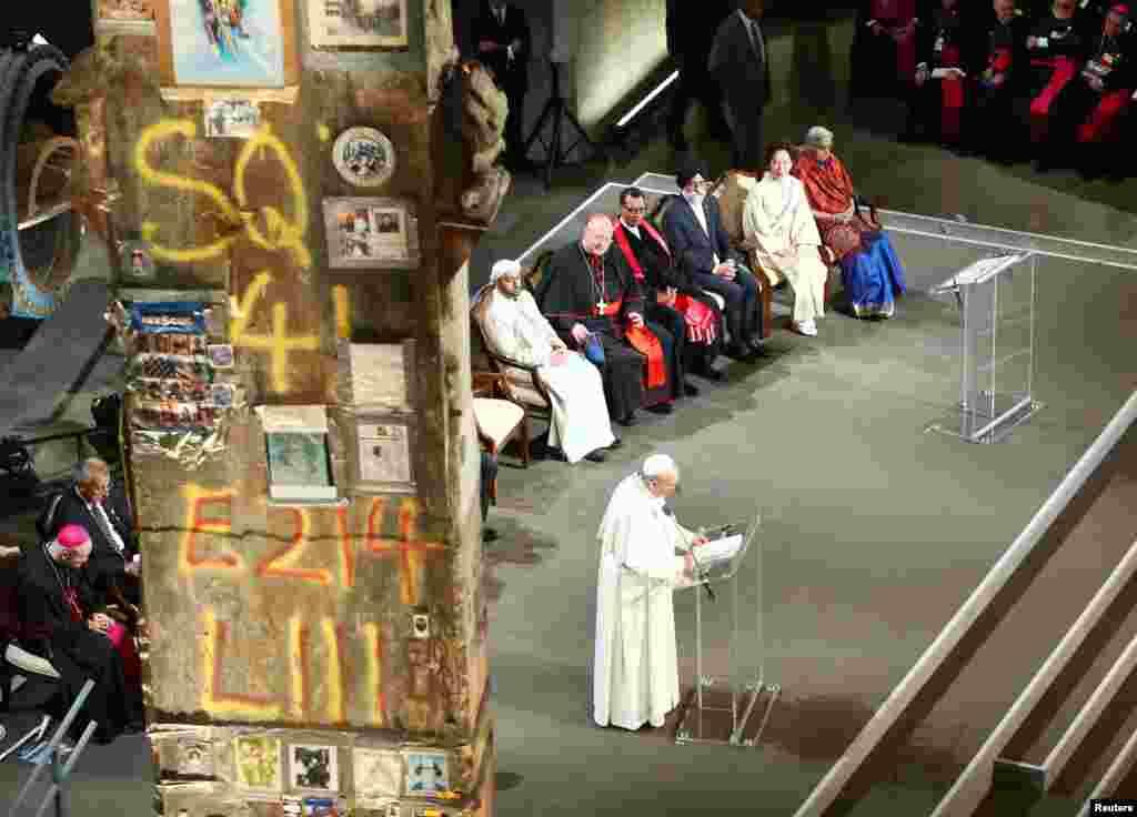 کیتھولک مسیحیوں کے روحانی پیشوا پوپ فرانسس نے نیویارک میں ایک بڑی دعائیہ تقریب میں شرکت کی۔