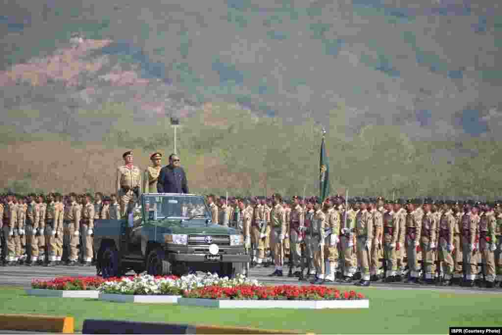 صدر ممنون حسین فوجی دستوں کا معانیہ کر رہے ہیں
