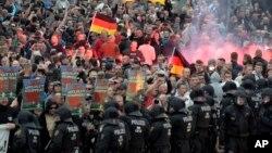 Демонстранти і поліція 27 серпня, Хемніц.
