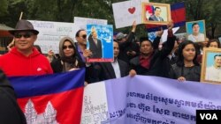 Hun Sen supporters gather in front of the hotel where the prime minister is staying this week, New York, September 28, 2018. (Sok Khemara/VOA Khmer)
